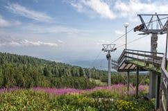 山滑雪升降椅 免版税库存图片