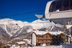山滑雪胜地高加索自然背景 库存图片