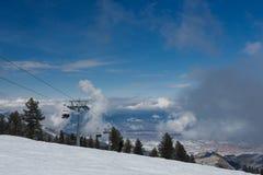 山滑雪绳索升降椅 库存照片