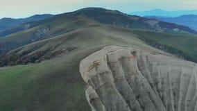 山4K史诗寄生虫飞行高加索小山和谷秀丽格鲁吉亚自然的悬崖 股票视频
