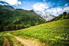 山Cheget和登上Donguzorun积雪覆盖的峰顶  图库摄影