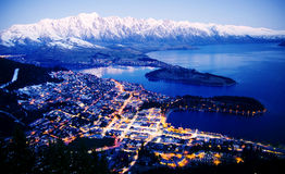 山Cityscape湖美好的旅行目的地概念 免版税库存图片