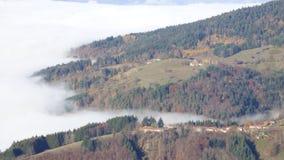 山col des supeyres的上面在云彩上的在col des supeyres,奥韦涅,法国 免版税库存照片