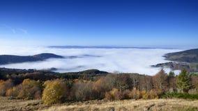 山col des supeyres的上面在云彩上的在col des supeyres,奥韦涅,法国 库存图片