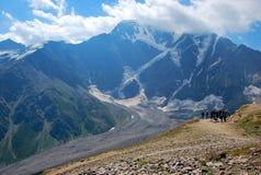 山Donguz-Orun 从登上Cheget的看法 Elbrus,俄罗斯 免版税库存图片