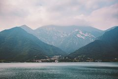 山lake lago在多云天气的di summer的意大利视图 库存照片
