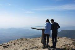 山Mussara 卡塔龙尼亚 西班牙 11/03/2017游人享用a 免版税库存照片