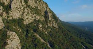 山Nanos空中英尺长度在用森林盖的维帕瓦河谷上的 影视素材