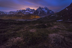 山Nightscape在Lofoten的 图库摄影