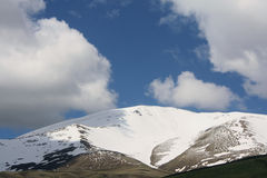 山tian掸人的天空 库存照片