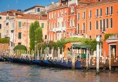 300岁从重创的运河的威尼斯式宫殿门面 免版税图库摄影