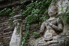 400岁在Chiangmai,泰国,菩萨雕象破坏了古老身分和祈祷男性天使雕象 免版税图库摄影