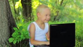 5岁坐在的白色衣裳的男孩 股票录像