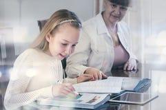 10岁女孩和她的老师 在她的专人上课期间的小女孩研究 讲解和教育概念 库存图片