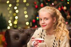 13岁温暖的毛线衣的青少年的女孩 免版税库存照片