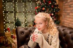 13岁温暖的毛线衣的青少年的女孩 库存图片