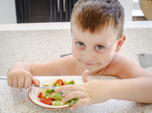 4岁男孩用沙拉 免版税库存图片