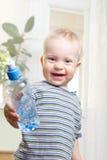 男孩用水 免版税库存图片