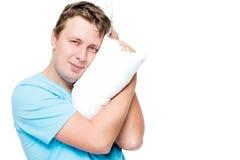 30岁的人水平的画象有枕头的在白色 免版税库存图片