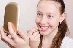 12岁的女孩绘有唇膏的嘴唇 免版税库存图片