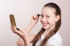 12岁的女孩绘睫毛染睫毛油 免版税库存照片