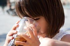 4岁女孩饮用的可乐 免版税图库摄影