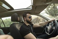 35岁驾驶他的汽车的人 免版税图库摄影