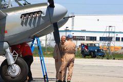 90岁驾驶飞行的Legendary De从WWII的Havilland Mosquito在哈密尔顿SkyFest 2014年 图库摄影