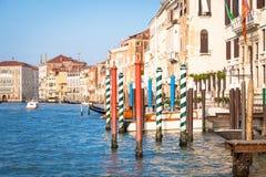 300岁从重创的运河的威尼斯式宫殿门面 库存图片