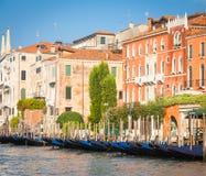 300岁从重创的运河的威尼斯式宫殿门面 图库摄影