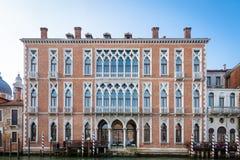 300岁从重创的运河的威尼斯式宫殿门面 库存照片