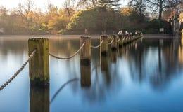 岗位和链子篱芭在蜒蜒桥梁旁边 库存图片