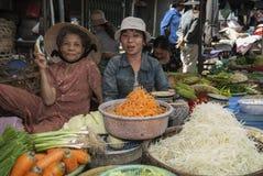 岘港市/VIETNAM - 2007年3月15日-妇女在上午卖菜 图库摄影