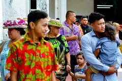 岛民从CICC Avarua拉罗通加厨师的教会退出的厨师是 免版税库存照片