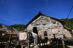 岛民,摩根,反对蓝天的传统房子 免版税图库摄影