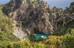 岩层包围的美丽如画的蓝色盐水湖 免版税库存图片