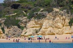 岩层和海滩在阿尔加威沿岸航行,葡萄牙 库存照片