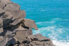 岩层和深蓝色海 免版税图库摄影
