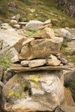 岩层和绿草 图库摄影