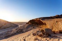 岩层在日落的,风景纳米比亚沙漠 免版税库存照片