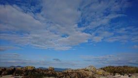 岩石、天空、云彩、海和沙子 免版税库存图片