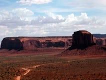 岩石、沙子和云彩 库存照片