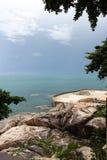 岩石、海和天空 库存图片