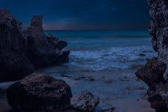 岩石、海和蓝天在晚上 免版税库存照片