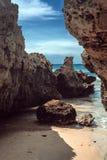 岩石、海和蓝天晴天 免版税库存照片