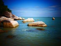 岩石、海和蓝天-槟榔岛,马来西亚 免版税库存图片