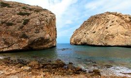 岩石、海和蓝天 免版税图库摄影