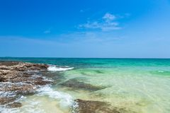 岩石、海和蓝天 库存图片