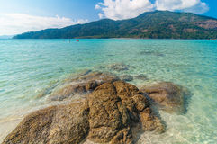 岩石、海和蓝天 图库摄影