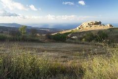岩石、领域、天空和海,塞浦路斯 免版税库存照片